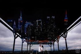 Der New Yorker Highline-Verlobungsfotograf: Es regnete und wir konnten nicht viel mit Dumbo anfangen, also gingen wir zur Highline und ich belichtete später die Skyline von NYC für sie doppelt, da wir sie wegen des Regens nie bekamen.