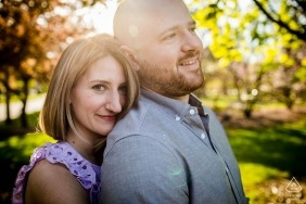 Ein Paar umarmt sich während eines Verlobungsshootings im Wilder Park in Elmhurst, IL.