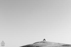 Fiançailles du désert du Koweït et portraits de mariage avant en noir et blanc