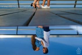 Alicante-Verpflichtung reflektierte Foto eines verlobten Paares, das auf einer Promenade steht