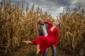 Séance photo d'engagement de Goiania, Brésil au milieu de la route, du champ de maïs brûlé et de la tempête qui approche. Comme dans un film dramatique!