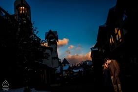 Sessão de fotos de noivado na vila de Vail, com os últimos raios de sol brilhando na Cordilheira de Gore ao fundo.
