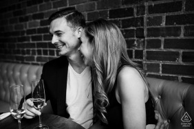 Profiter d'un verre de champagne de dernière minute avant de commencer les portraits de leurs fiançailles au centre-ville de Denver.