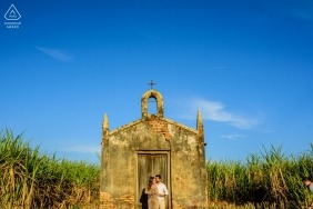 Portrait of the couple in front of the church at Holambra