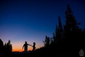 Sessão de noivado ao pôr do sol no Logan's Pass no Glacier National Park
