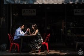 Photographe de Shanghai pré-mariage - Portraits de couple au café sur le trottoir