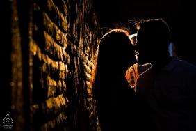 Toledo, Castilla-La Mancha (España) - Shilouttes de pareja amorosa al atardecer durante una sesión de fotos de compromiso