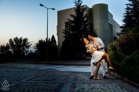 Campus principal de l'université de Bilkent, séance de photographie préparatoire à Ankara | Couple essaye des mouvements de danse