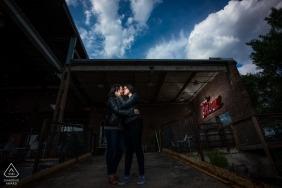 Minneapolis Pre Wedding Portraits - Paar vor der Brennerei während der Verlobungsfotosession