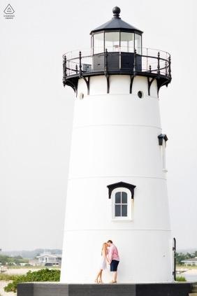 Zaręczynowy portret para przy latarnią morską w Nowa Anglia w MA