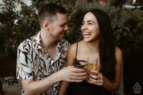 Portraits d'engagement à Los Angeles, Californie | S'arrêter pour boire un verre lors d'une séance de couple détendue à DTLA