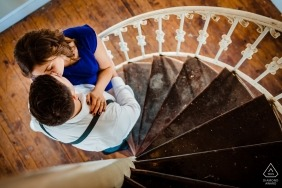 Steinway Mansion Engagement Session - Foto eines Kusses auf der Treppe