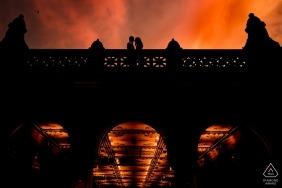Bethesda Terrace à Central Park | Séance photo de fiançailles au coucher du soleil à Central Park