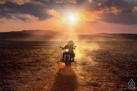 Teresópolis Pré-ślubna sesja zdjęciowa na motocyklu na pustyni o zachodzie słońca.