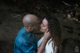 Sao Pedro da Serra Couple fiancé posant pour un portrait
