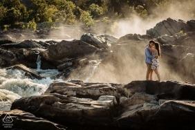 Parc national des Great Falls - Séance de portraits de fiançailles avec un couple au-dessus des chutes