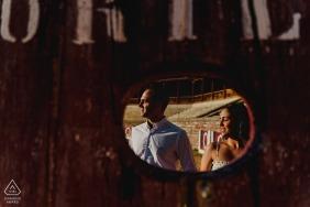 Fotografia de noivado para Medina de Rioseco - O retrato contém: luz, perfis, espelho, reflexão, sinal, casal
