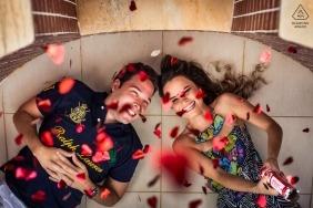 Retrato de noivado de Viçosa, Brasil | Casal deitado no chão disparando corações na câmera