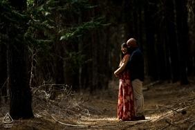Fotografia zaręczynowa w lesie w Alta w Kalifornii Światło słoneczne skradające się między drzewami oświetla zaręczoną parę