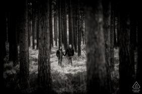 Photographe de fiançailles pour Moors Valley, Dorset - Portrait d'un couple parmi les arbres