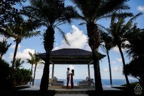 Photos de fiançailles de Bali, Indonésie | Ciel bleu et nuages blancs, feuilles de noix de coco laissent tout beau