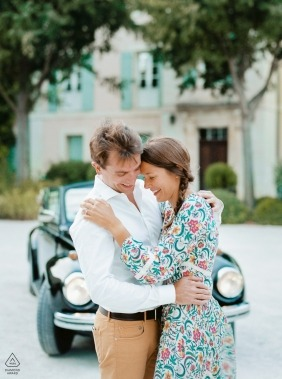 Engagement Photography for Provence - A couple in front of an old car