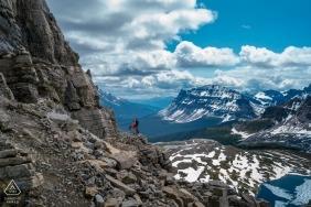 Fotografo di fidanzamento per banff national park, ab, canada - in alta montagna