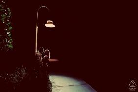 佛罗里达基韦斯特的参与摄影师-肖像包含:路灯,情侣,人行道,夜晚