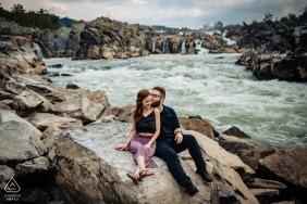 Portrait de fiançailles du parc national de Great Falls - Image contient: couple, rochers, rivière, rapides