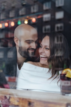 Photographie de fiançailles pour Soho, Royaume-Uni - Un couple en train de prendre une bière à travers le miroir!