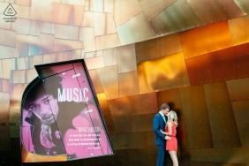 Fotografia de noivado para Seattle, Washington - retrato de um casal em pé ao lado do prédio