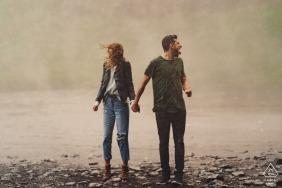 Verlobungsportrait   In Island am Wasserfall und am See / Fluss nass werden