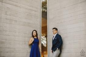 伦敦订婚摄影-情侣站在窗户旁边