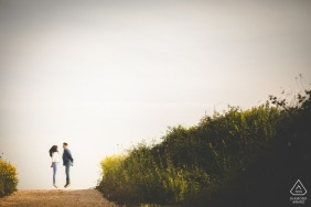 Verlobungsfotograf für Siracusa - Porträt enthält: Paar, Gräser, Natur, Spur
