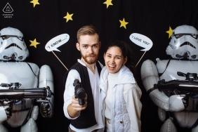 Verlobungsfotograf für Washington - In einer weit, weit entfernten Galaxie ... Paar ist neben Stormtroopers verlobt