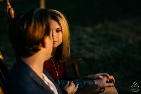Verlobungsfotos vom Mason Neck State Park während des Sonnenuntergangs
