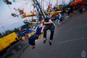 Photos de fiançailles de la foire locale à Edmonton - Un couple chevauche les balançoires à la foire