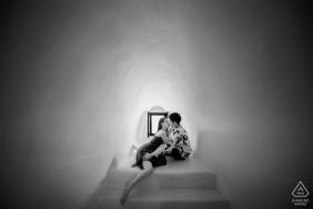 Ritratto di fidanzamento da Santorini - La fotografia contiene: bianco e nero, coppia, al chiuso, finestra