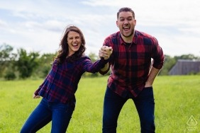 Verlobungsfotografie für Dover New Hampshire | Sie heiraten und haben keine Angst, es der Welt zu erzählen, während sie es während ihrer Verlobungssitzung schreien