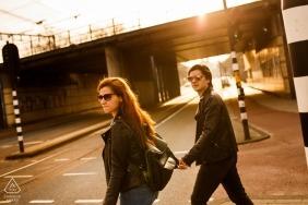 罗马尼亚的订婚摄影师  会议在荷兰阿姆斯特丹的街道上