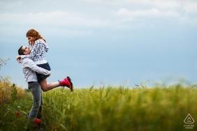 Verlobungsfotos von der Paarsitzung auf den Heufeldern bei Floresti Rumänien
