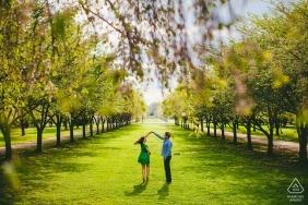 """Portrait de fiançailles de Philadelphie - Le centre horticole - Photographe """"J'ai vu la rangée d'arbres et une statue et je l'ai grimpé pour prendre de la hauteur."""""""