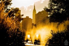 Fotografia de noivado para NY - Gantry Plaza State Park - Retrato na fonte de água