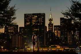 Fotografo di fidanzamento per Manhattan, New York - Gantry Plaza State Park - Ritratto di coppia con vista notturna di Manhattan