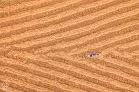 Tournage de fiançailles à Siracusa - Photographie par drone d'un couple allongé dans un champ
