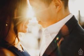 London - bald Braut und Bräutigam, die in der Sonne küssen