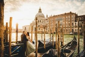 Vorhochzeitspaare schießen in den Booten von Venedig