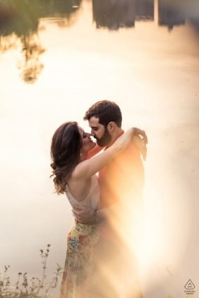 Vicosa - Brazil engagement photography - Couple hugging near a lake