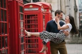 Sessão de noivado em Londres, Inglaterra, com cabines telefônicas vermelhas