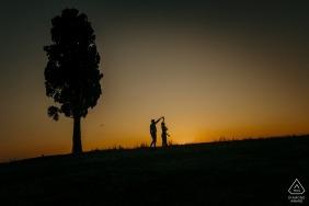 Toscana, Siena casal dançando ao pôr do sol durante a sessão de retrato de noivado